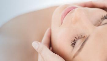 Ansigtsmassage i Proskin ansigtsbehandling med Dermalogica Expert hos Lykke & velvære Helsingør Nordsjælland